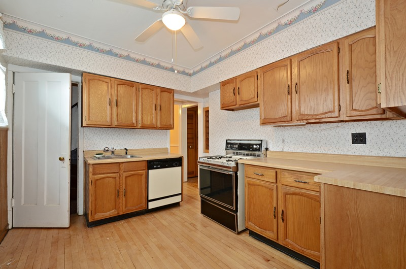 Jefferson Park - 5718 North Leonard Avenue, Chicago, IL 60646 - Kitchen