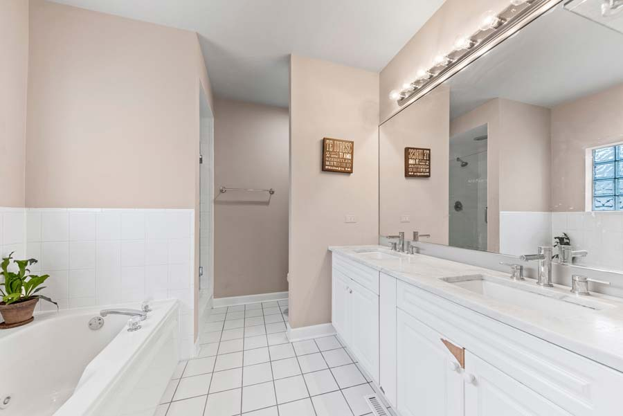 Wicker Park - 2119 W Evergreen Ave Unit 2W, Chicago, IL 60622 - Master Bathroom